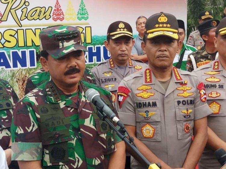 Gubernur Riau dan Kapolda Riau Bersama Senkom dan Relawan Karhutla Menyabut kedatangan Panglima TNI dan Kapolri