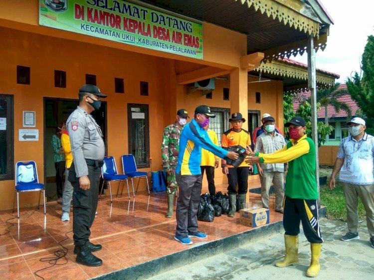 Upika Kevamatan Ukui Kabupaten Pelalawan Melakukan Penyemprotan Disinfektan dan membagikan masker gratis